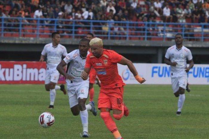 Pemain Borneo FC, Diogo Campos, dibayangi oleh pemain Persipura Jayapura, Yustinus Pae, dalam laga pekan kedua Shopee Liga 1 2020, Sabtu (7/3/2020).