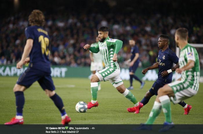 Pemain Real Betis, Nabil Fekir, melakukan dribel bola kala melawan Real Madrid di Stadion Benito Villamarin, Minggu (8/3/2020).