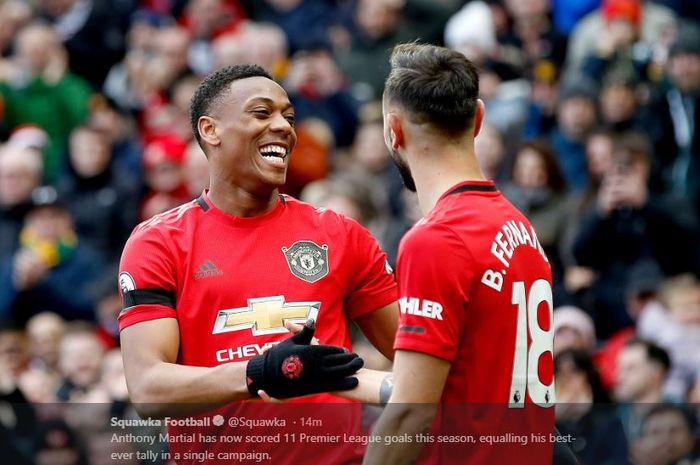 Striker Manchester United, Anthony Martial (Kanan) melakukan selebrasi bersama Bruno Fernandes setelah mencetak gol ke gawang Manchester City pada laga pekan ke-29 Liga Inggris 2019-2020.