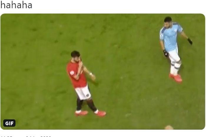 Bruno Fernandes bungkam Pep Guardiola dengan gestur saat Derbi Manchester sedang berlangsung di Stadion Old Trafford.