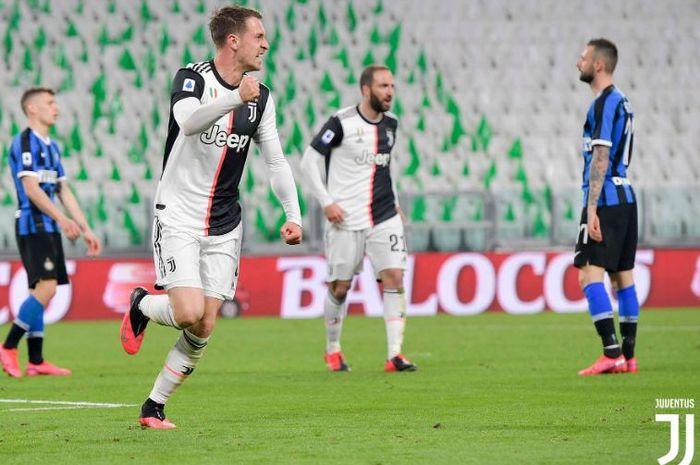 Gelandang Juventus, Aaron Ramsey, merayakan golnya ke gawang Inter Milan dalam lanjutan Liga Italia Serie A di Stadion Allianz, Senin (9/3/2020).