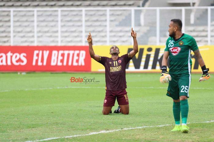 Striker PSM Makassar, Osas Saha, merayakan gol yang dicetaknya dalam laga Piala AFC 2020 melawan Kaya FC-Iloilo, Selasa (10/3/2020) di Stadion Madya, Senayan, Jakarta.