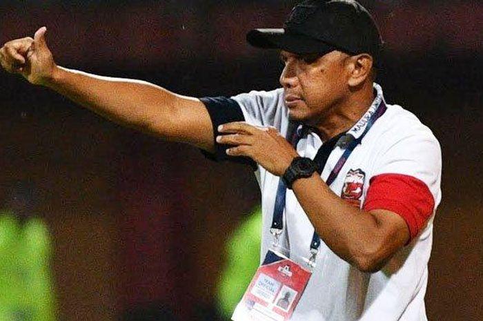 Pelatih Madura United, Rahmad Darmawan, memberikan instruksi kepada timnya saat menjamu Persiraja Banda Aceh, Senin (9/3/2020).