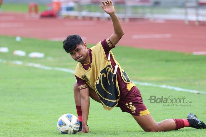 Bek PSM Makassar, Asnawi Mangkualam, sedang melakukan pemanasan jelang laga AFC yang mempertemukan timnya dengan Kaya Futbol Club–Iloilo di Stadion Madya, Senayan, Jakarta Selatan (10/3/2020)