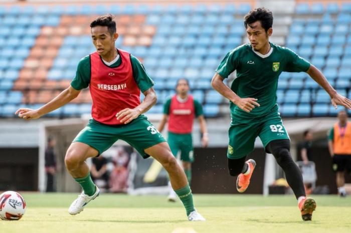 Rizky Ridho berduel dengan Bayu Nugroho dalam sesi Official Training Persebaya di Stadion Gelora Bung Tomo sore ini. Bek 18 tahun itu siap menjalani debut pertamanya menghadapi Persipura dalam Shopee Liga 1