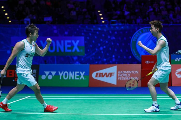 Pasangan ganda putra Indonesia, Marcus Fernaldi Gideon/Kevin Sanjaya Sukamuljo, melakukan selebrasi usai memenangi poin atas Lee Yang/Wang Chi-Lin (Taiwan) pada babak semifinal All England Open 2020 yang berlangsung di Arena Birmingham, Inggris, Sabtu (14/3/2020)