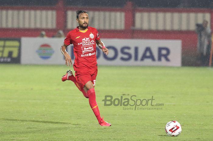 Gelandang asing Persija Jakarta, Rohit Chand, sedang menggiring bola ketika menghadapi Bhayangkara FC   di Stadion PTIK, Melawai, Jakarta Selatan (14/3/2020)