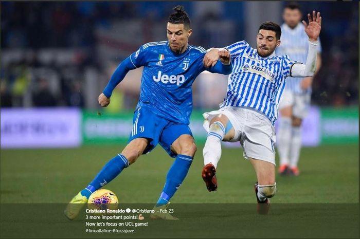 Cristiano Ronaldo mencoba melewati pemain lawan dalam laga lanjutan Liga Italia.