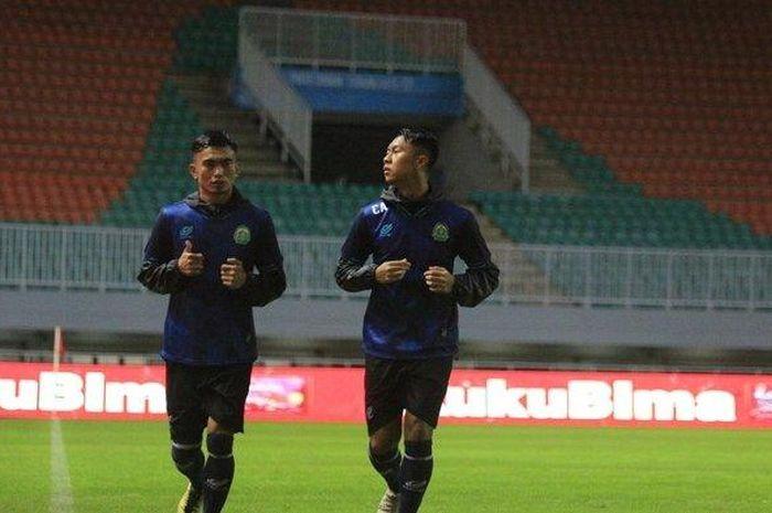 Pemain Tira Persikabo, Gustur Cahyo Putro (kanan), berlatih jelang laga kontra Persita Tangerang di Shopee Liga 1 2020.
