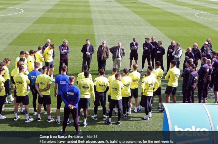 Momen para pemain utama Barcelona berkumpul di tempat latihan bertemu dengan presiden klub, Josep Maria Bartomeu guna membahas latihan tim ketika pandemi virus corona melanda Spanyol.