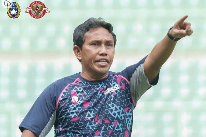 Pelatih Timnas U-16 Indonesia Bima Sakti memimpin latihan pasukannya.