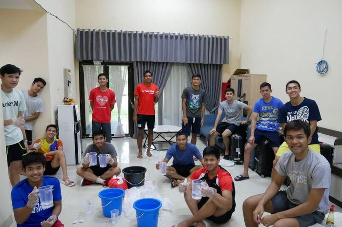 Para atlet Pelatnas PBSI menggalang bantuan paket hand sanitizer, disinfektan, dan masker untuk para pekerja.
