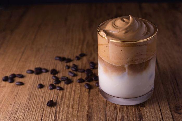 Dalgona coffee bisa jadi menu alternatif kamu saat menjalani momen #dirumahaja.