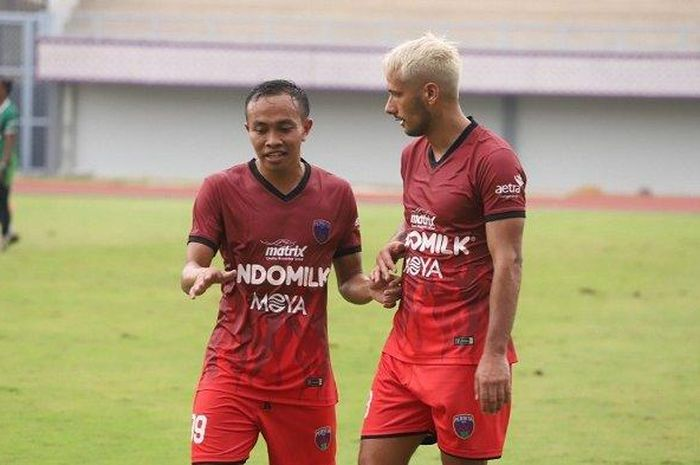Gelandan Persita Tangerang, Redi Rusmawan (kiri), sedang berbincang dengan Raphael Maitimo.