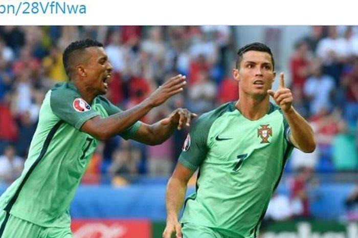 Penyerang Portugal, Nani (kiri), ikut merayakan gol yang dicetak oleh Cristiano Ronaldo.
