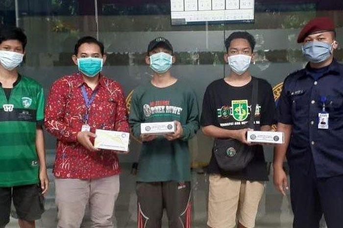 Perwakilan Militansi Bonek Ruwet (MBR) memberikan donasi APD handscoon ke Rumah Sakit Universitas Airlangga Surabaya, Rabu (1/4/2020).