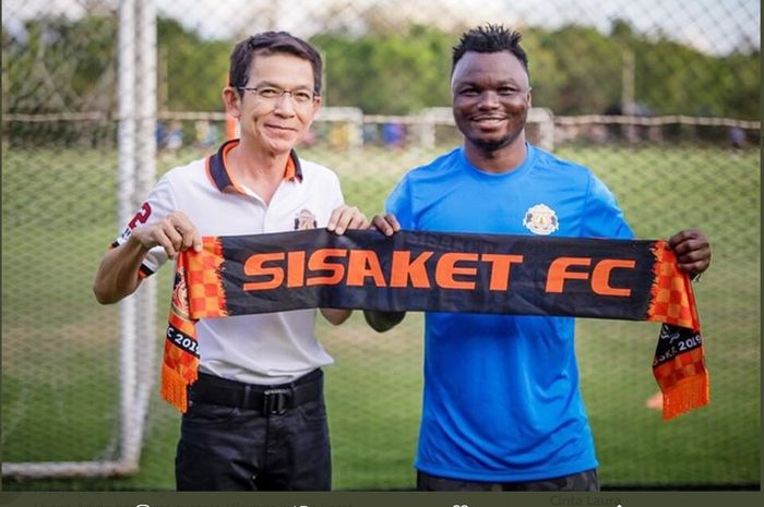 Dominic Adiyiah waktu direkrut klub Liga Thailand, Sisaket FC.
