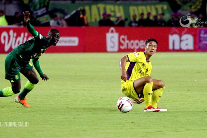 Gelandang Persik Kediri, Adi Eko Jayanto, dalam laga pembuka Shopee Liga 1 2020 kontra Persebaya Surabaya, Sabtu (29/2/2020).