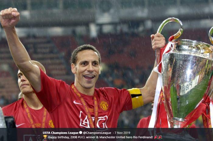 Mantan bek dan kapten Manchester United, Rio Ferdinand mengangkat trofi Liga Champions usai timnya menang atas Chelsea pada final Liga Champions musim 2007-2008.