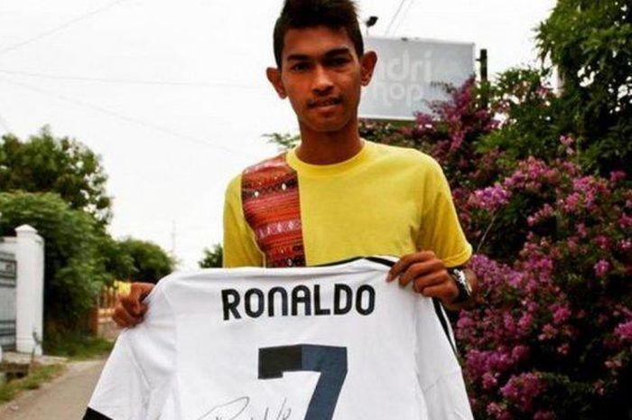 Martunis saat memegang jersey dari Cristiano Ronaldo dan sempat diupload Ronaldo dalam instagram pribadinya pada 2014 silam. Jersey ini lah yang akan dilelang Martunis.