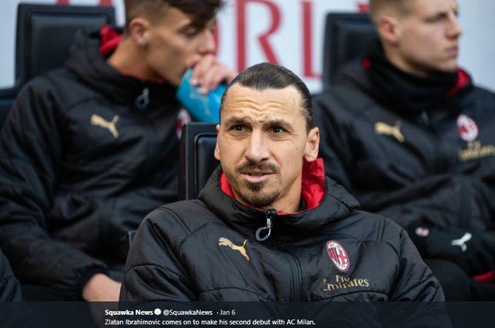 Penyerang AC Milan, Zlatan Ibrahimovic kala duduk di bangku cadangan tim.