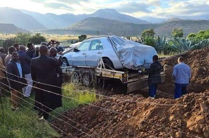 Foto Tshekede Bufton Pitso dikubur dengan mobil kesayangannya. (Oddity Central)