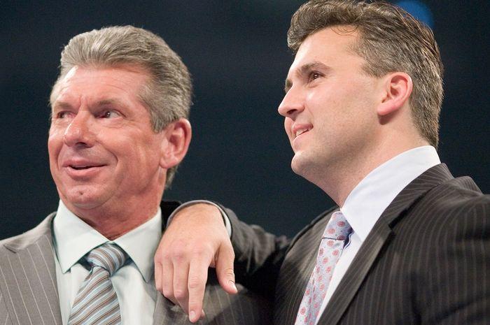 CEO WWE, Vince Mcmahon bersama putranya, Shane McMahon dalam salah satu acara di WWE.