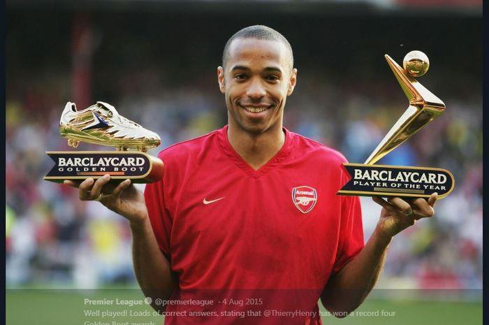 Thierry Henry berpose dengan penghargaan yang diraihnya saat membela Arsenal.