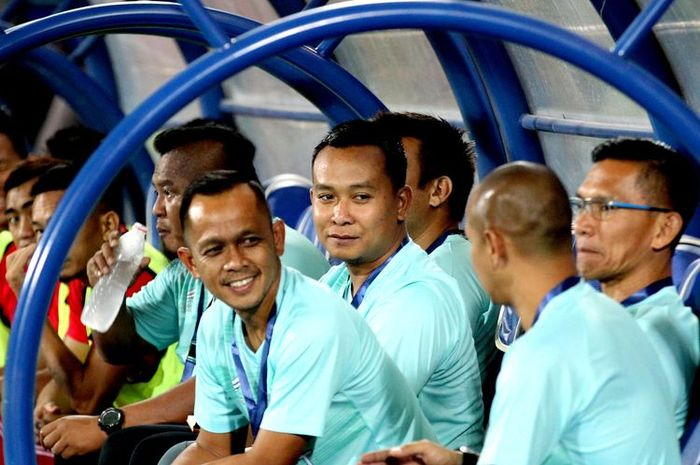 Kurniawan Dwi Yulianto dan staf pelatih Sabah FA.