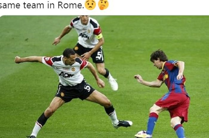 Megabintang Barcelona, Lionel Messi (kanan), mencoba menggocek bek Manchester United, Rio Ferdinand.