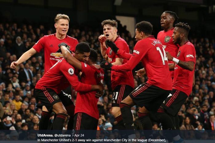 Para pemain Manchester United mengerubungi Anthony Martial usai membobol gawang Manchester City pada laga di Liga Inggris Desember 2019 lalu.