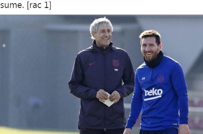 Pelatih Barcelona, Quique Setien, tertawa bersama Lionel Messi.