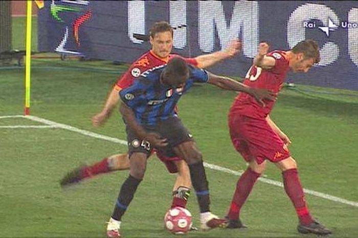 Penyerang AS Roma, Francesco Totti, menendang kaki striker Inter Milan, Mario Balotelli, dalam laga final Coppa Italia di Stadion Olimpico, 5 Mei 2010.