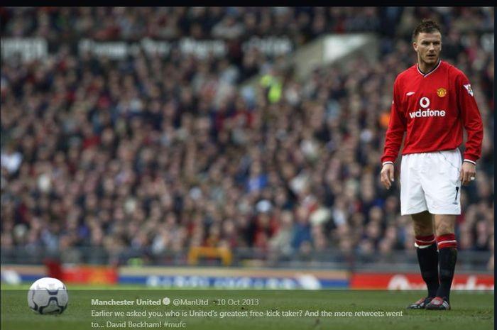 David Beckham saat hendak melakukan tendangan bebas untuk Manchester United.