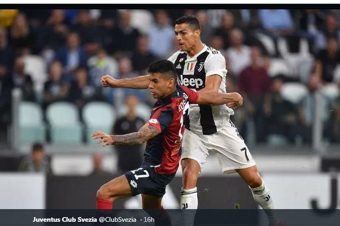 Aksi Cristian Romero mengawal ketat Cristiano Ronaldo dalam pertandingan Juventus melawan Genoa.