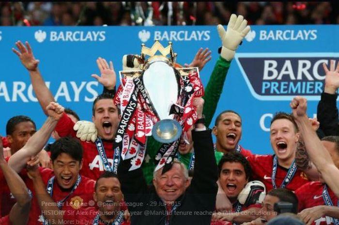Manchester United saat mengangkat trofi Premier League setelah menjuarai Liga Inggris musim 2012-2013.