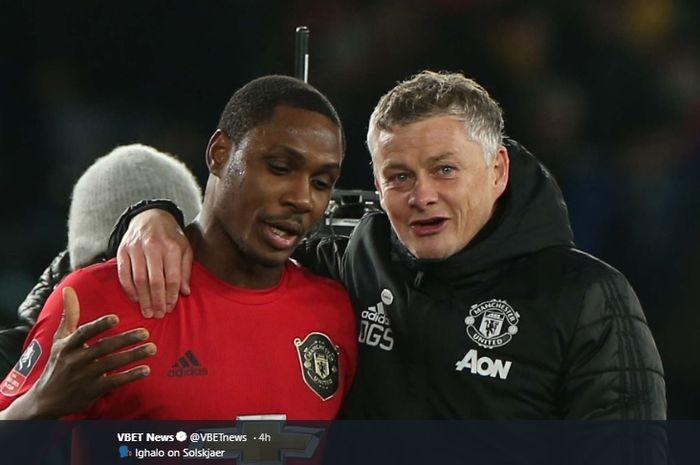 Odion Ighalo dan Ole Gunnar Solskjaer tampak bercengkrama usai pertandingan Piala FA yang dilakoni Manchester United pada awal Maret 2020.