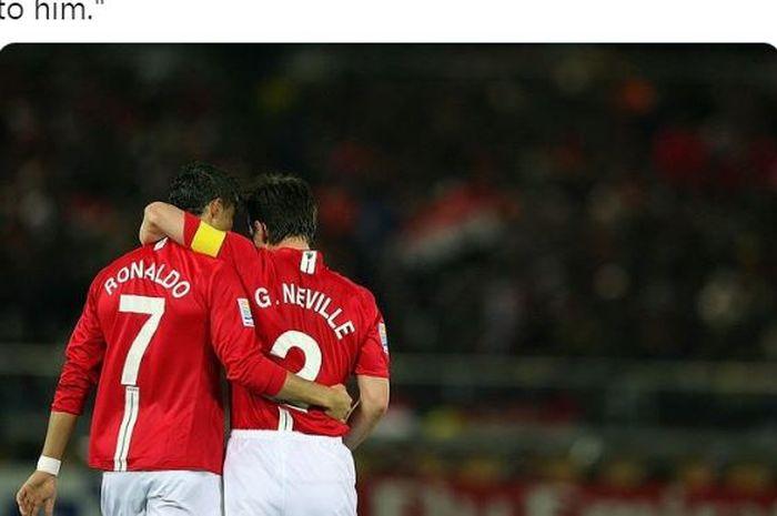Cristiano Ronaldo dan Gary Neville berangkulan saat membela Manchester United.