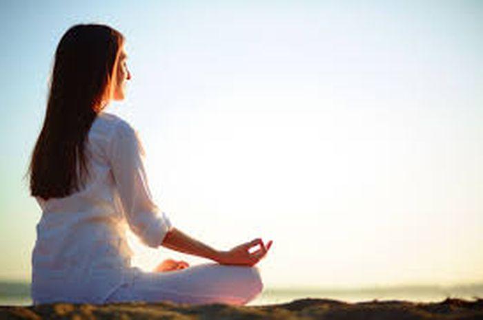 Teknik bernapas metode Wim Hof dapat dilakukan dalam posisi meditasi, berguna memperkuat imunitas tubuh melawan virus.