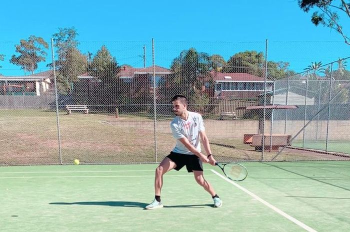 Pemain asing Persik Kediri musim 2020, Ante Bakmaz bermain tennis di dekat rumahnya selama kompetisi Liga 1 2020 di hentikan sementara.