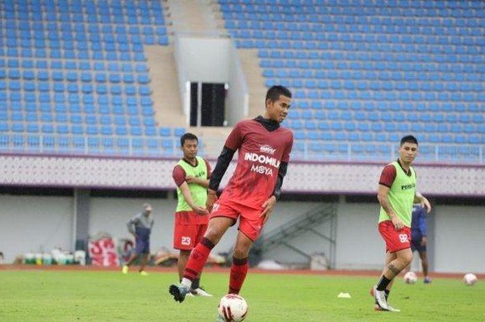 Gelandang Persita Tangerang Adittia Gigis saat berlatih di Stadion Sport Center, Tangerang.
