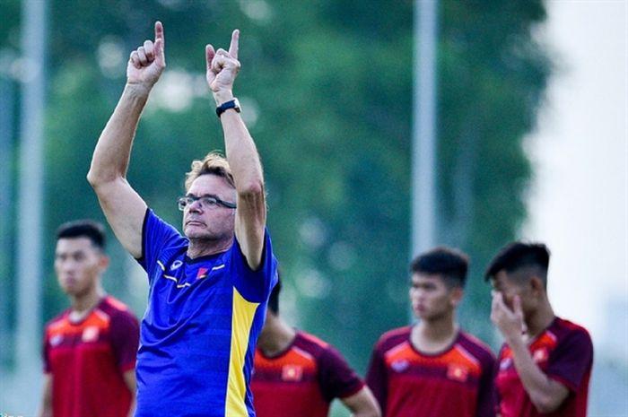 Philippe Troussier memimpin latihan pasukan Timnas U-19 Vietnam dan berharap bisa lolos ke semifinal Piala Asia U-19 2020 demi satu tiket ke Piala Dunia U-20 2021 di Indonesia.