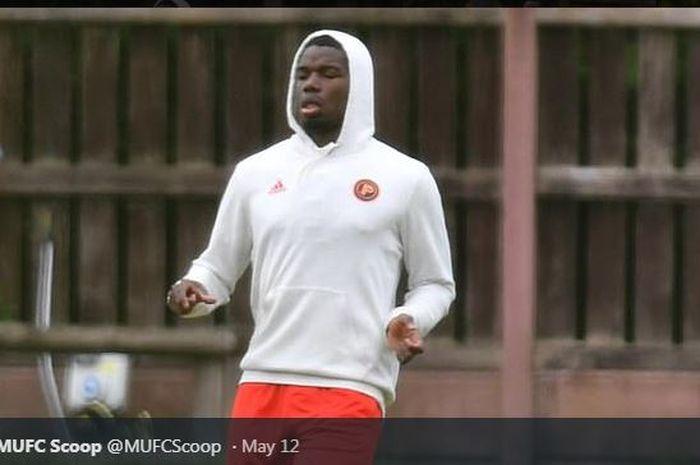 Paul Pogba saat memimpin latihan mandiri Manchester United di sebuah lapangan kosong pada Selasa (12/5/2020) waktu setempat.