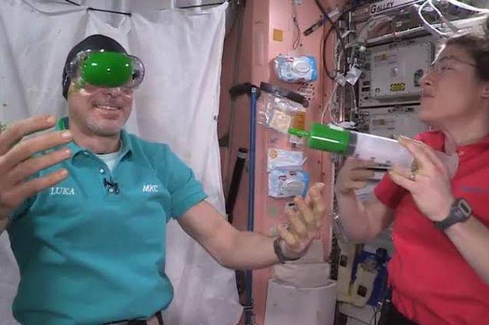 Luca dan Koch bereksperimen pada slime di ruang angkasa.