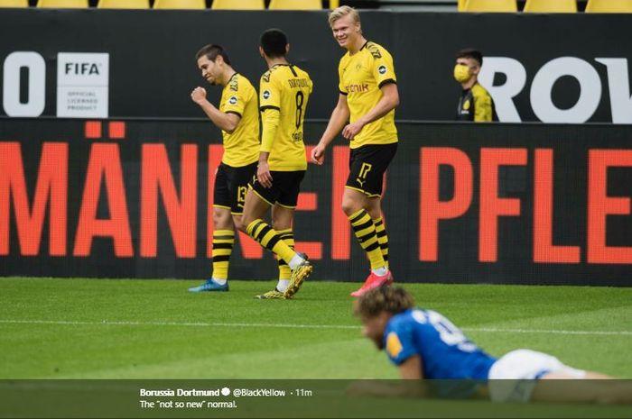 Selebrasi Raphael Guerreiro dan Erling Haaland saat Dortmund menang 4-0 atas Schalke di Signal Iduna Park, Sabtu (16/5/2020).