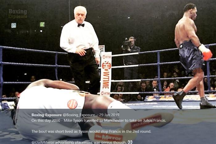 Julius Francis (kiri) dibuat KO oleh Mike Tyson. Tampak logo The Mirror di sol sepatu Francis.