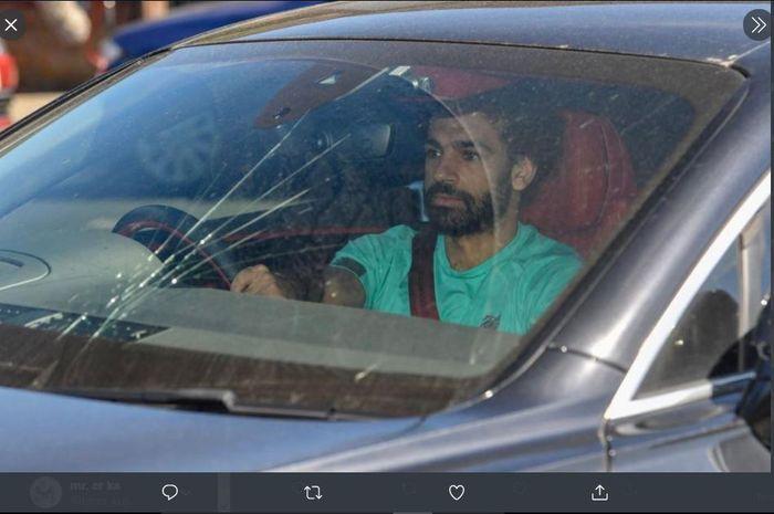 Mohamed Salah tampak datang ke sesi latihan Liverpool dengan menggunakan mobil yang kaca depannya retak.