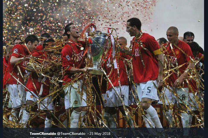 Cristiano Ronaldo mengangkat trofi Liga Champions setelah Manchester United menekuk Chelsea dalam laga final di Stadion Luzhniki, Moscow, 21 Mei 2008.