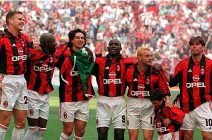 AC Milan merayakan gelar juara Liga Italia 1998-1999 di bawah pelatih Alberto Zaccheroni.