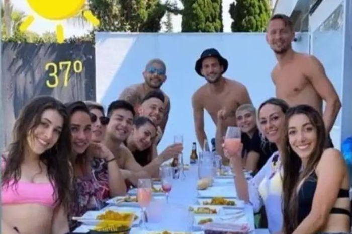 Empat pemain Sevilla ketahuan melanggar peraturan lockdown karena berkumpul lebih dari 10 orang dalam sebuah pesta.